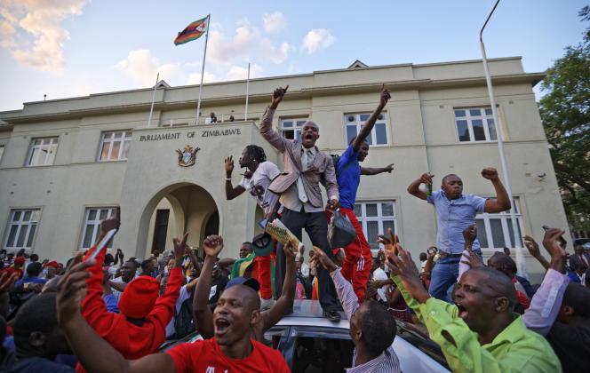 De nombreuses personnes sont venues fêter la démission annoncée de Robert Mugabe, à Harare.