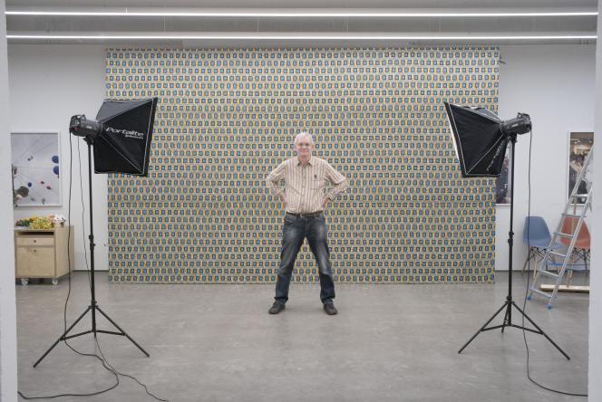 Martin Parr, devant le tissu africain qui sert de décor aux portraits de famille réalisés à Bristol (Royaume-Uni), le 15 novembre.