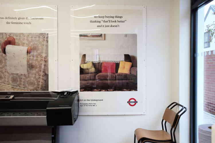 Dans la cuisine de la fondation Martin Parr, on trouve une imprimante, deux chaises d'écoliers et deux affiches issues du projet «Signs of The Times» (1992), repris sous forme de documentaire par la chaîne BBC TWO pour explorer avec humour les bons et mauvais goûts des intérieurs anglais.