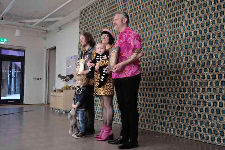 Les Pollard, venus de Liverpool, ouvrent le bal ce samedi 18 novembre. Laura, costumière, a exagéré son style pour la séance. Son mari Carl, en chemise rose, offre à Martin Parr une photographie de bonbons.«J'ai essayé de faire comme vous», dit-il au photographe.