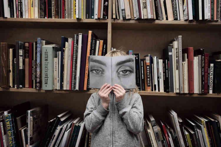 En attendant d'être immortalisée par Martin Parr avec sa famille, une petite fille pioche dans la bibliothèque du photographe. Alors que la Tate a acquis récemment la collection de livres de photos de Martin Parr (12000 au total), le photographe en a déjà rassemblé de nouveaux pour sa fondation.