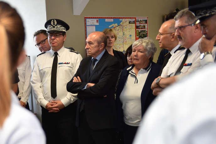 Le ministre français de l'Intérieur, Gérard Collomb et la ministre française de l'Intérieur Jacqueline Gourault à Calais, le 23 juin.