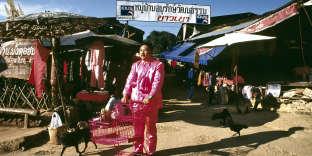 « Pink Man on Tour #4 » (1998), de l'artiste thaï Manit Sriwanichpoom.