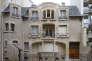 Façade monochrome de l'hôtel Mezzara construit par l'architecte Hector Guimard en 1910, à Paris.