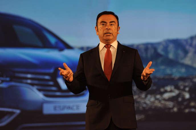 Le PDG de Renault, Carlos Ghosn, présente, en mai 2015, la Kwid fabriquée en Inde. Le constructeur français n'a pas encore indiqué quels modèles seront produits par l'usine qu'il va construire à Karachi, au Pakistan.