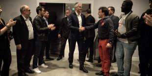 Laurent Wauquiez, candidat à la présidence du parti Les Républicains, salue ses sympathisants avant le début d'un meeting, le 20 novembre à Paris.