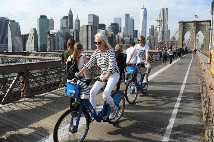 Des cyclistes sur le pont de Brooklyn, à New York.