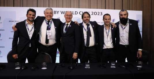 Claude Atcher (2e à gauche), avec le comité de candidature de la France à la Coupe du monde de rugby 2023.