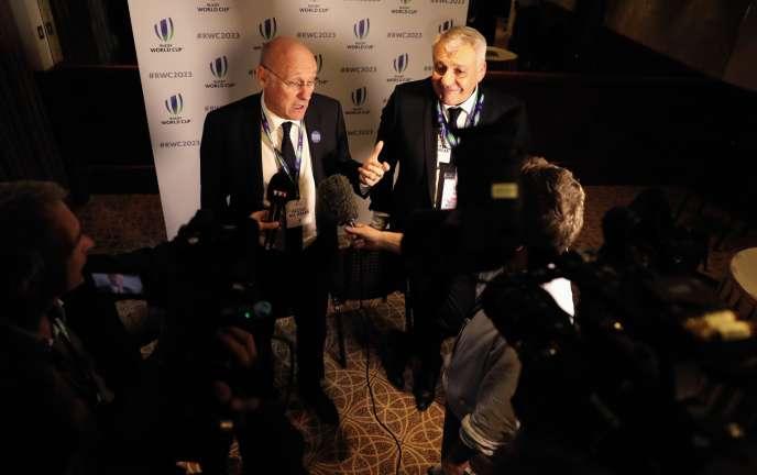 Claude Atcher avec le directeur de la Fédération française de rugby Bernard Laporte, le 15 novembre, à Londres, lors de l'annonce de l'obtention par la France de la Coupe du monde de rugby en 2023.