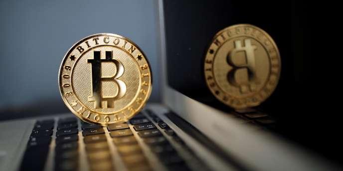 Des jetons représentant le bitcoin à la Maison du bitcoin, à Paris, en juin 2017.