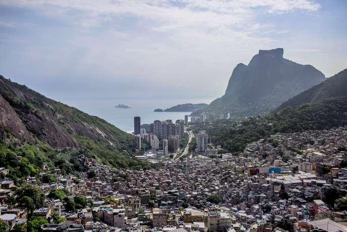 La favela de Rocinha, le plus grand bidonville de Rio de Janeiro.Au loin, les tours du quartier huppé de São Conrado.