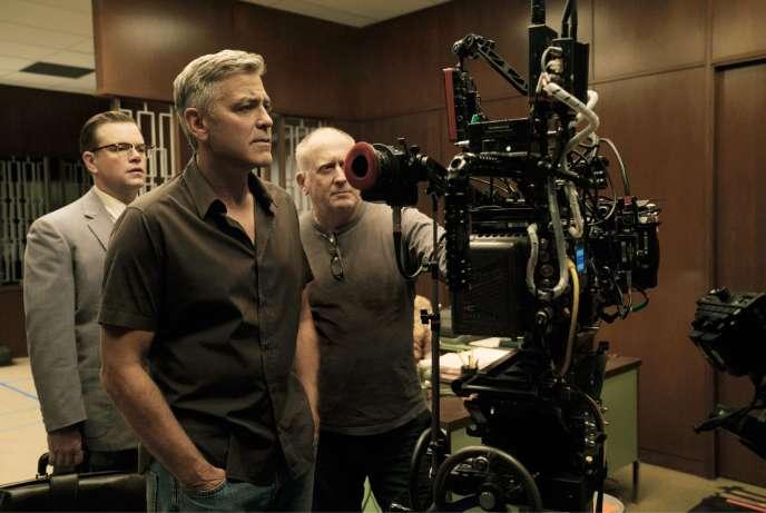 Matt Damon, George Clooney et le directeur de la photographie Robert Elswit sur le plateau de «Bienvenue à Suburbicon».