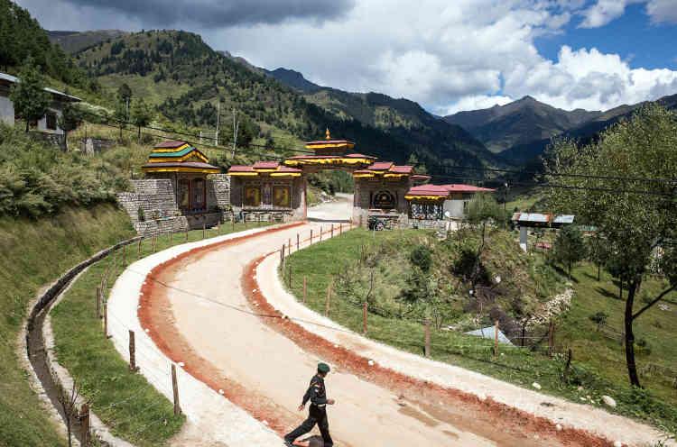 Aucun militaire n'est autorisé à franchir cette porte, près de Haa. Au-delà, la route mène au plateau du Doklam et à la Chine.