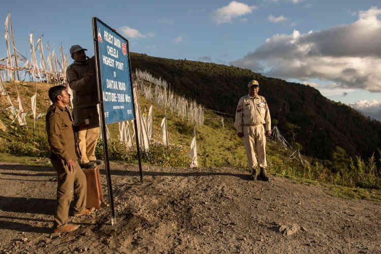 Le projet Dantak sur la construction des routes frontalières est organisé par une unité du corps du génie de l'armée indienne au Bhoutan depuis mai 1961. Il contrôle la construction et la maintenance de plus de 1 500 kilomètres de routes et de ponts.