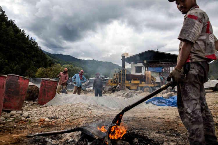 Des Indiens, pour la plupart originaires du Bengale-Occidental et du Bihar, viennent l'été au Bhoutan pour travailler à la construction des routes dans le pays.