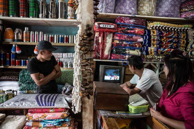 Dans un magasin de Haa, les marchandises sont essentiellement chinoises, et la télé diffuse des films indiens – la plupart des Bhoutanais parlent hindi.
