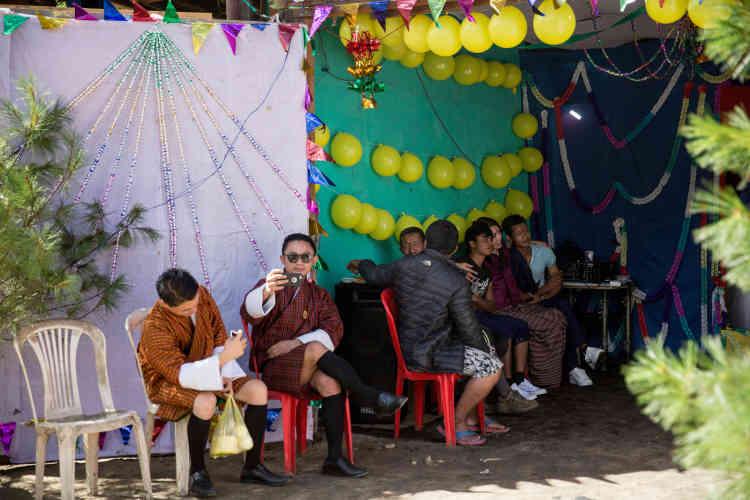 Bhoutanais et travailleurs indiens célèbrent ensemble Vishwakarma, dieu des artisans, des ingénieurs, des architectes... ainsi que des moteurs et des ordinateurs.