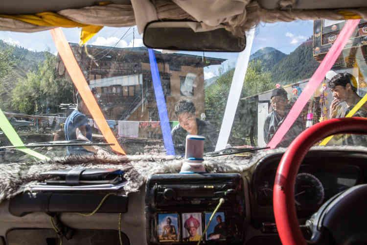Pour la fête de Vishwakarma, très populaire en Inde comme au Bhoutan, les voitures et camions sont décorées avant d'être bénis.