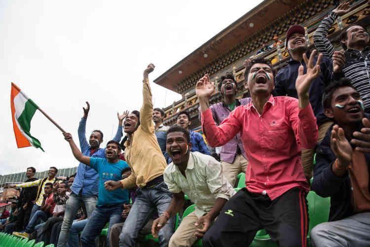 Dans le stade de Thimphou, lors d'un match de football opposant une équipebhoutanaise à son adversaire indienne.