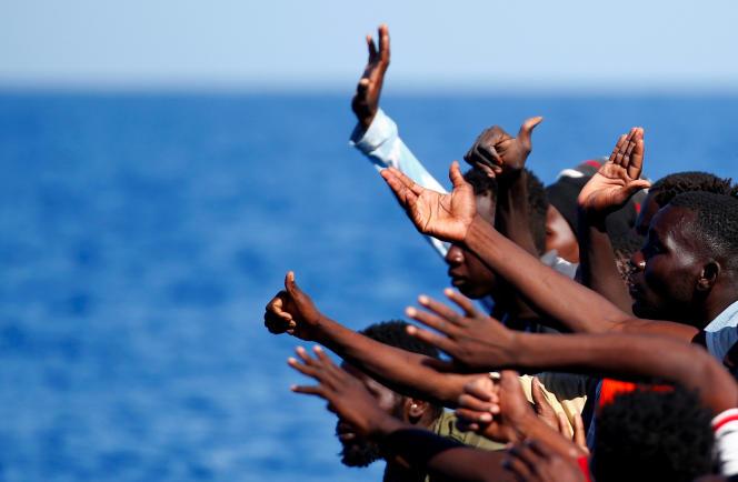 «Alors que la traite humaine s'est développée en Libye dès la chute du régime de Kadhafi en 2011, le monde commence à ouvrir les yeux sur l'horreur de l'esclavage»(Photo: migrants au large des côtes libyennes, le 14 septembre).