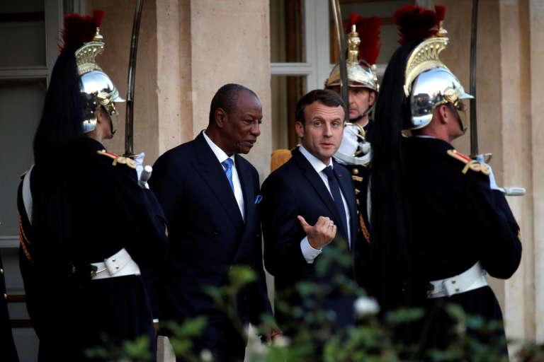 Emmanuel Macron raccompagne le président guinéen Alpha Condé après une réunion à l'Elysée, le22 novembre 2017.