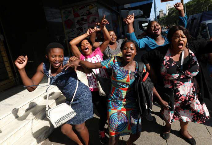 Scène de liesse après la démission de Mugabe, à Harare, mercredi 22 novembre.