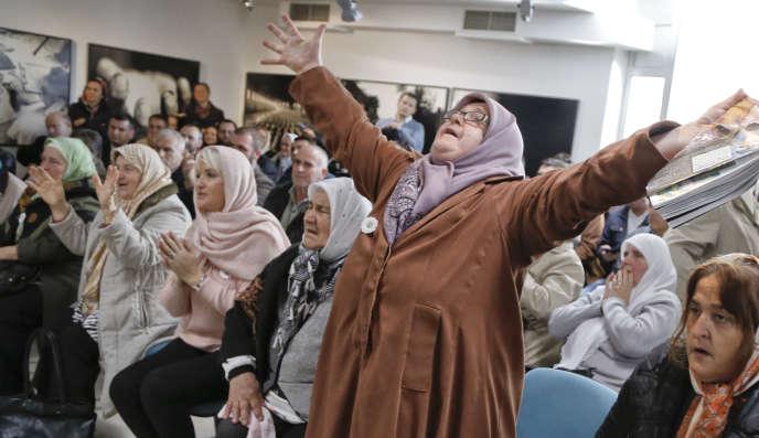 Des femmes bosniaques exultent à l'annonce de la condamnation de Ratko Mladic pour crime contre l'humanité et génocide, à Srebrenica, le 22 novembre.