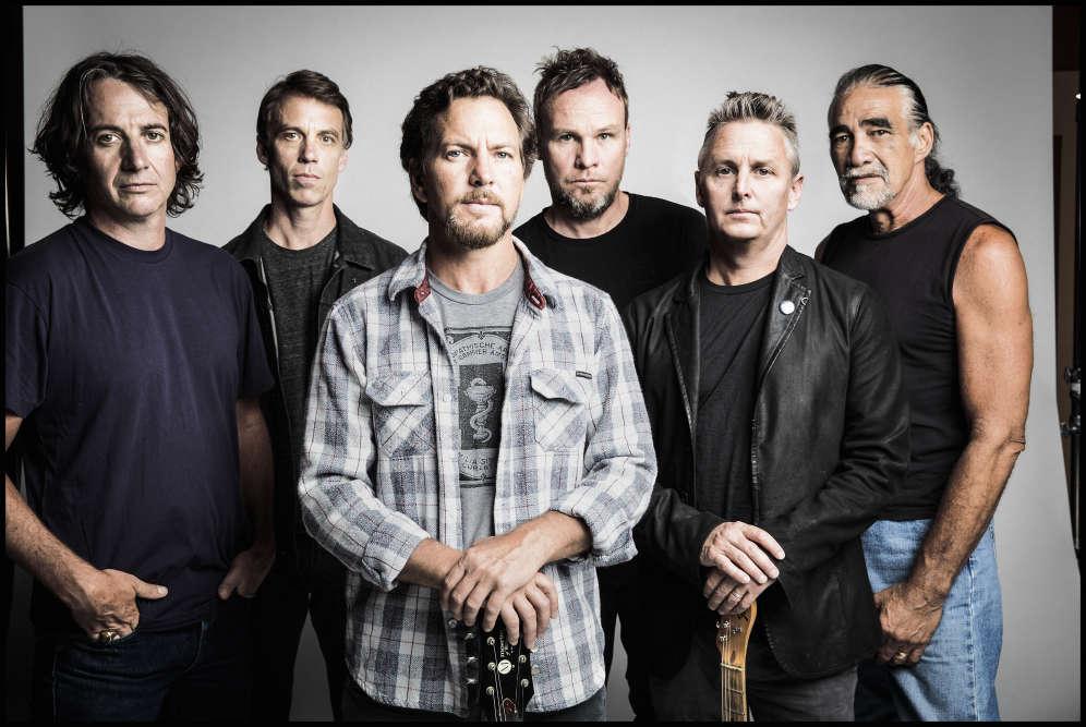 Le 12 juillet 2017, de nombreux sites affichaient des messages de protestation pour défendre la neutralité menacée par l'administration Trump. A cette occasion le groupe de rock américain Pearl Jam se fendait d'un tweet rappelant qu'en2007, le géant des télécoms At&T avait censuré une partie de la retransmission d'un de leur concerts au festival Lollapalooza.