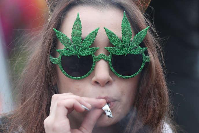 Lors d'une manifestation en faveur de la légalisation du cannabis, à Ottawa, en avril.