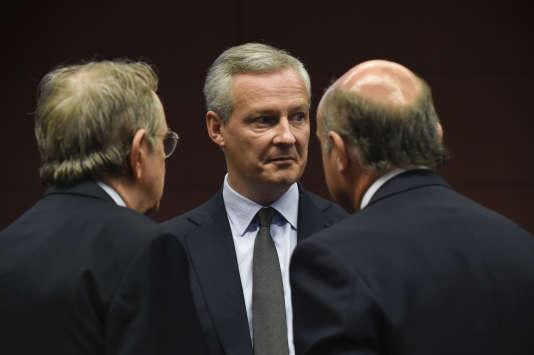 Le ministre français de l'économie Bruno Le Maire s'entretient avec ses homologues italienPier Carlo Padoan et espagnol Luis de Guindos lors d'une réunion del'Eurogroupe, le 10 juillet 2017, à Bruxelles.