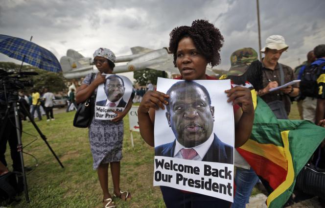 Des soutiens d'Emmerson Mnangagwa, le 22 novembre à Harare.