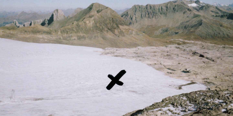 Le glacier des Diablerets a reculé de plusieurs centaines de mètres depuis 1942. La croix indique l'endroit où a été retouvé le couple.
