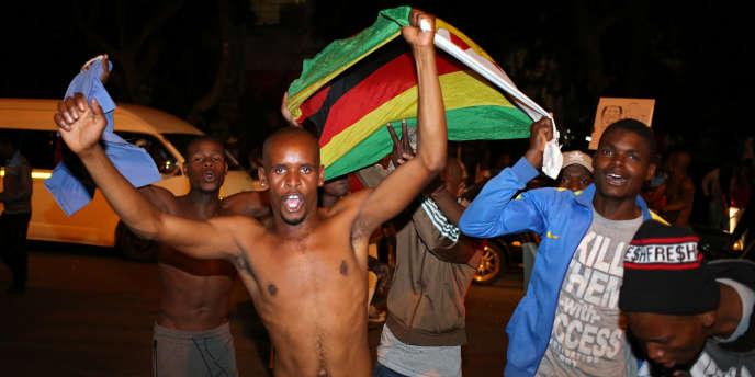 A Johannesburg, le 21 novembre 2017, des manifestants zimbabwéens fêtent le départ du président Robert Mugabe.