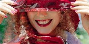 Pull en cachemire, Éric Bompard. Chapeau en vinyle, Dolce & Gabbana.