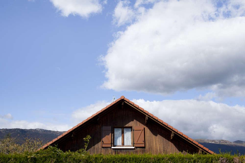Saint-Genis-Pouilly (Ain), 12 000 habitants, est près de Genève et au pied du Jura.