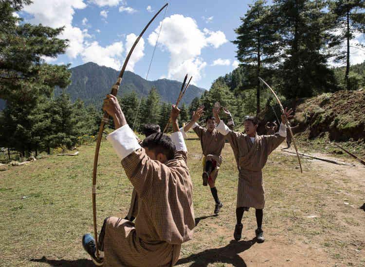 Des jeunes participent à une compétition de tir à l'arc dans la région de Haa, près de la frontière avec la Chine. Les Indiens y ont installé une base militaire depuis 1962.