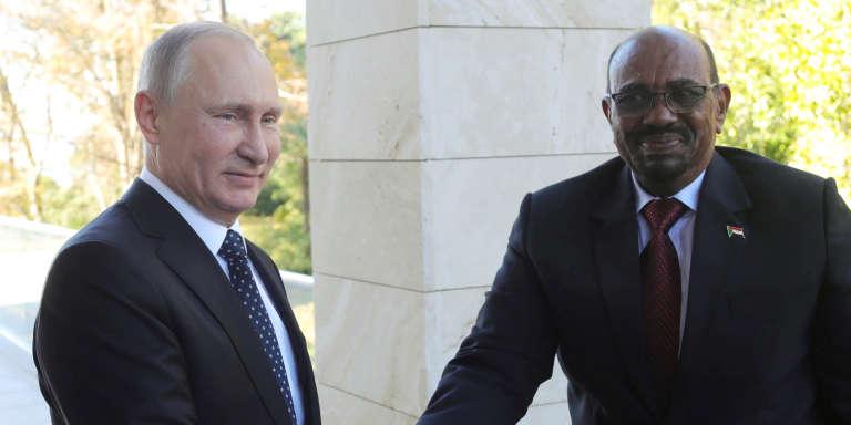 Le président russe, Vladimir Poutine, échangeant une poignée de main avec son homologue soudanais, Omar Al-Bachir, le 23 novembre 2017 à Sotchi.
