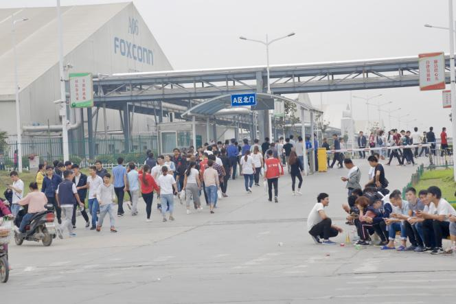 Ouvriers entrant sur le site de l'usine Foxconn, à Zhengzhou, dans la province du Henan, en Chine, le 19 septembre.