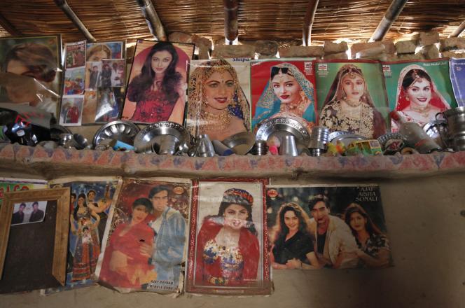 Des portraits de vedettes de Bollywood installés dans une une maison àMeeran Pur, au nord de Karachi, en novembre 2014.