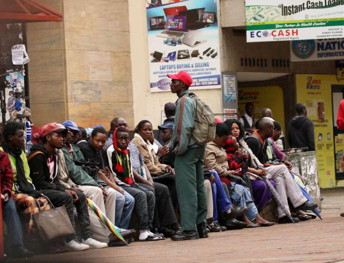 File d'attente devant une banque, à Harare, le 15 novembre.
