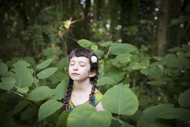 Esther, 7 ans, médite dans les bois avant sa répétition de danse indienne.