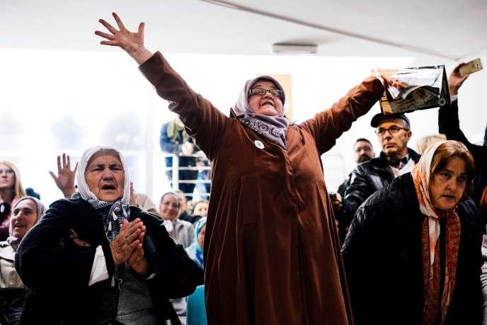 Les familles de victimes à l'annonce de la condamnation de Ratko Mladic, à Potocari (Bosnie-Herzégovine), le 22novembre 2017.