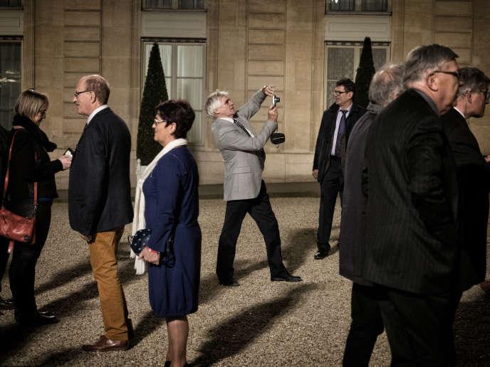 Des maires dans la cour de l'Elysée, le 22 novembre. 