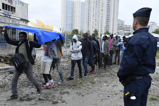 Des CRS supervisent l'évacuation d'un camp de migrants près de la porte de Chapelle, à Paris, le 18 août 2017.
