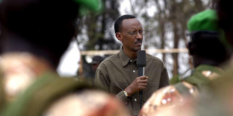 Le président rwandais, Paul Kagamé, s'adressant à des militaires au camp Kanombe, à Kigali, en août 2004.