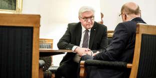 Entretien entre le président allemand, Frank-Walter Steinmeier (de face), et le leader du SPD, Martin Schulz, à Berlin, le 24 novembre 2017.