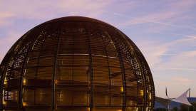 Le Globe de la science et de l'innovationdu CERN. Les installations, pour la plupart, sont souterraines.