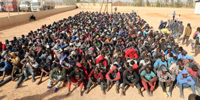 Des migrants subsahariens rassemblés dans un centre de détention à Gharyan, au sud de Tripoli, en Libye, le 12 octobre 2017.