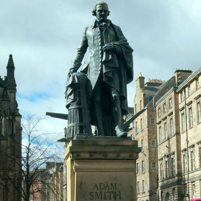 La Statue du grand intellectuel écossais Adam Smith (1723-1790), père fondateur de la science économique, à Edimbourg.