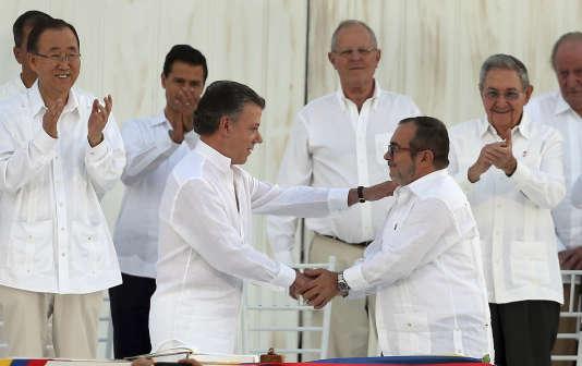 Le président colombien, Juan Manuel Santos (à gauche), serre la main du commandant en chef desForces armées révolutionnaires de Colombie (FARC), Rodrigo Londono, alias «Timochenko », le 26septembre2016.